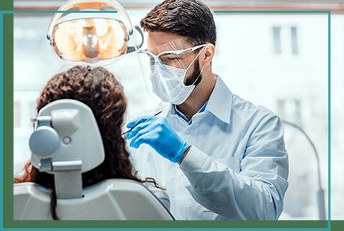 leczenie stomatologiczne dentysta przeprowadzający kontrolę dentystyczną